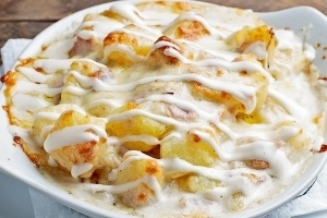 Предястия - Запечени картофи с бекон, шунка, кашкавал и чеснов сос
